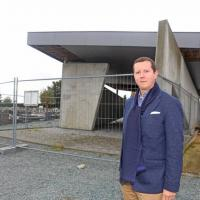Fractieleider Tim Herzeel voor het bouwvallige uitvaartpaviljoen